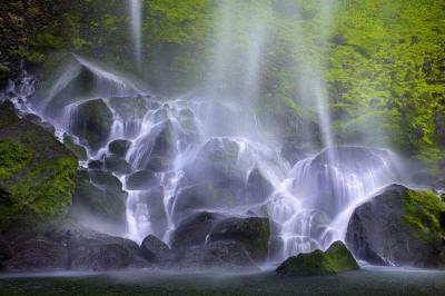 Красивые водные брызги разлетаются во